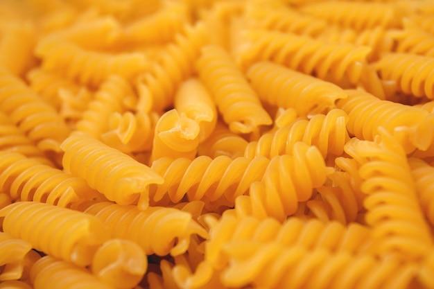 Fundo de massa crua de close-up. massa espiral de trigo. foco seletivo