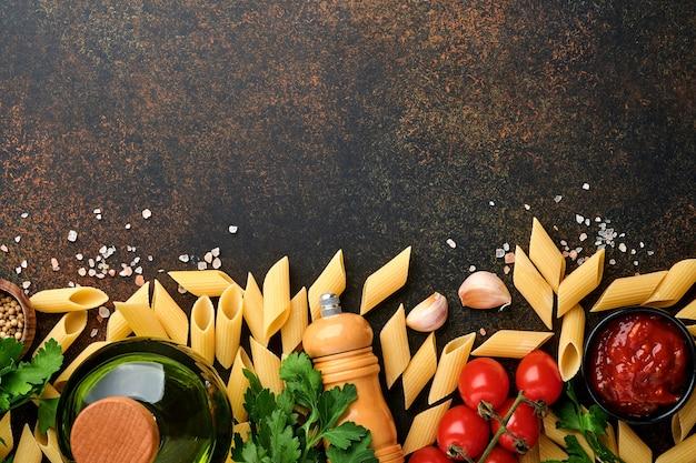 Fundo de massa. macarrão rigati, molho de ketchup de tomate, azeite, especiarias, salsa e tomates frescos