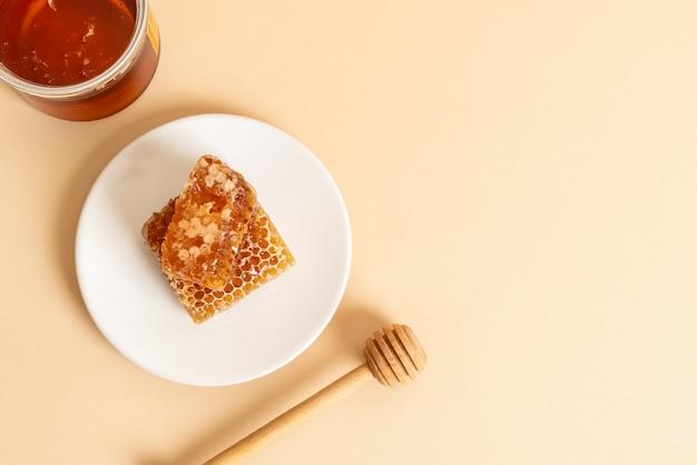 Fundo de mel e favos de mel frescos