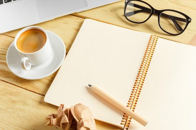 Fundo de mesa de escritório com xícara de café, lápis e teclado de computador. conceito de local de trabalho ou espaço de trabalho de negócios.