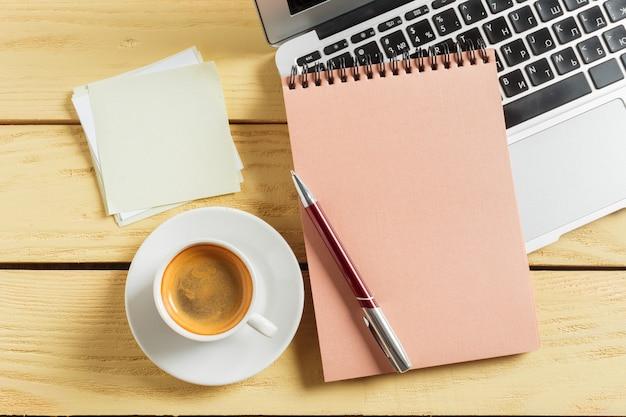 Fundo de mesa de escritório com xícara de café, lápis e teclado de computador.