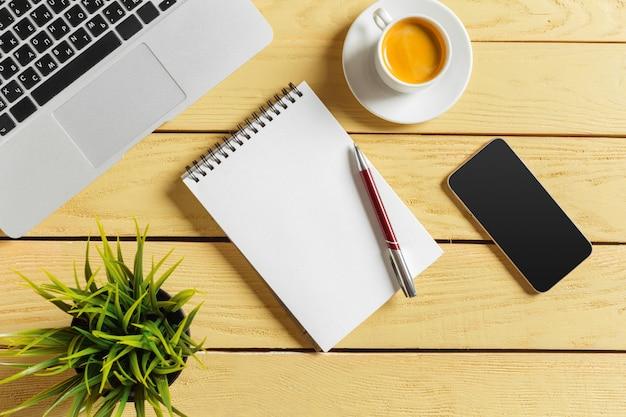 Fundo de mesa de escritório com xícara de café, lápis e teclado de computador