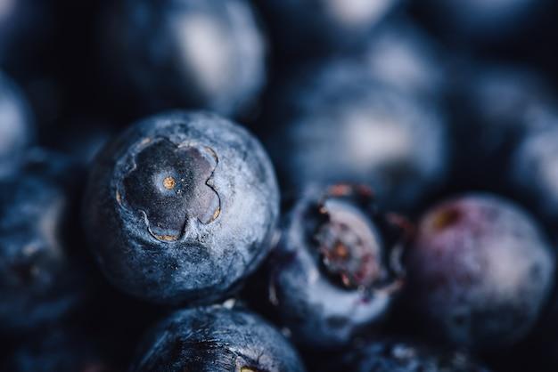 Fundo de mirtilo. concentre-se em uma fruta e as outras frutas estão borradas.