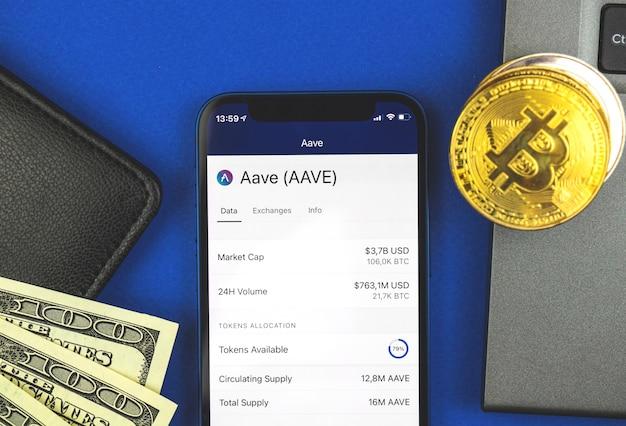 Fundo de moeda criptográfica aave, símbolo no close-up da tela, comércio e troca de dinheiro virtual digital com sua foto móvel, foto de vista superior do espaço de trabalho financeiro