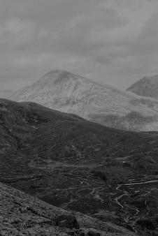Fundo de montanhas em preto e branco