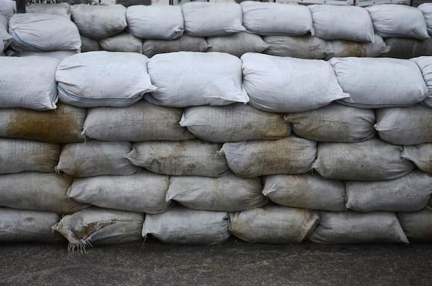 Fundo de muitos sacos de areia sujos para defesa contra inundações