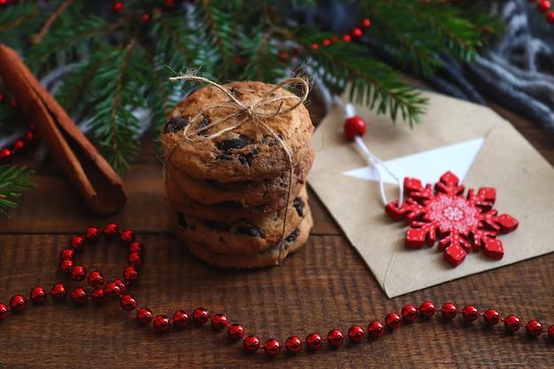 Fundo de natal aconchegante de inverno cookies com envelope de chocolate e canela e árvore de natal