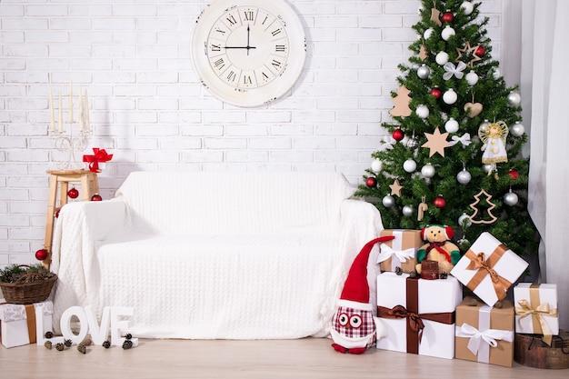 Fundo de natal, árvore de natal, caixas de presente, relógio retrô e decorações