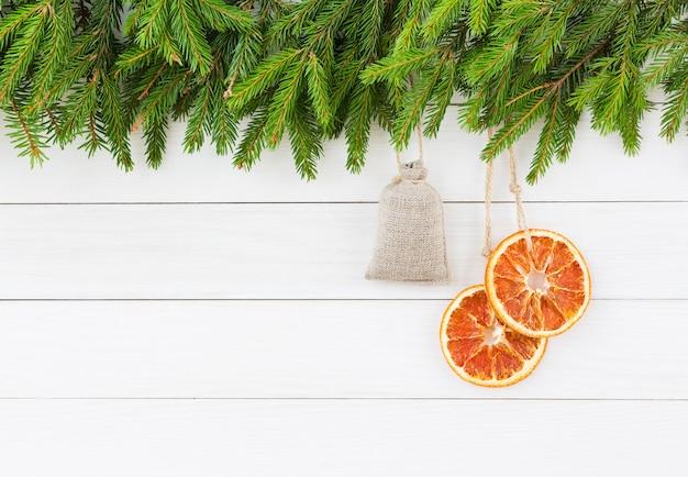 Fundo de natal. árvore de natal com decoração em fundo branco placa de madeira com espaço de cópia.