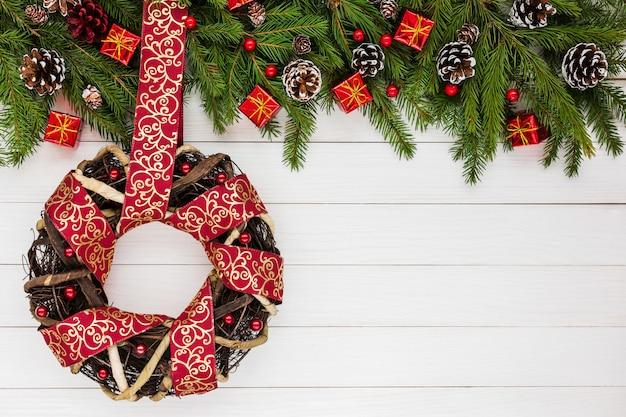 Fundo de natal. árvore de natal, decoração, presentes, coroa de flores, fita. copie o espaço