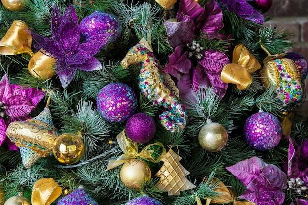 Fundo de natal, árvore verde de ano novo decorada com brinquedos, bolas e velas