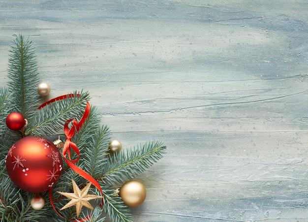 Fundo de natal: canto decorado com galhos de pinheiro e enfeites de natal, espaço de texto