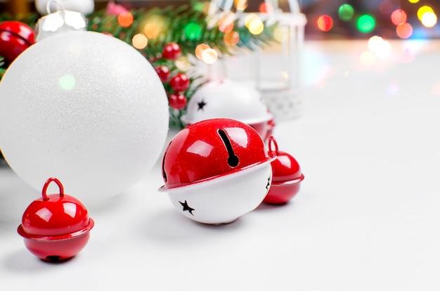 Fundo de natal com abeto, bolas vermelhas e brancas, bellsl e bagas de inverno