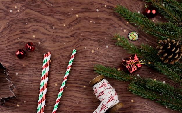 Fundo de natal com árvore de abeto e decoração na mesa de madeira