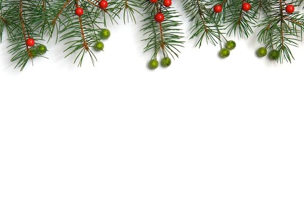 Fundo de natal com árvore de natal e bagas vermelhas sobre fundo branco de madeira