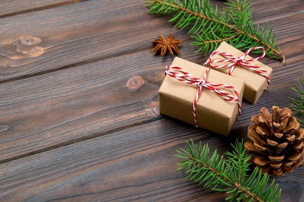 Fundo de natal com árvore do abeto e caixa de presente na mesa de madeira. vista do topo