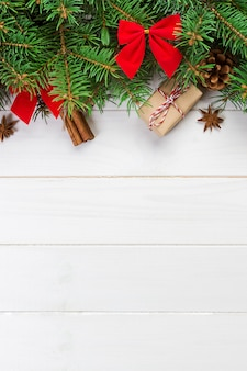 Fundo de natal com árvore do abeto e caixa de presente na mesa de madeira. vista superior com copyspace para seu projeto