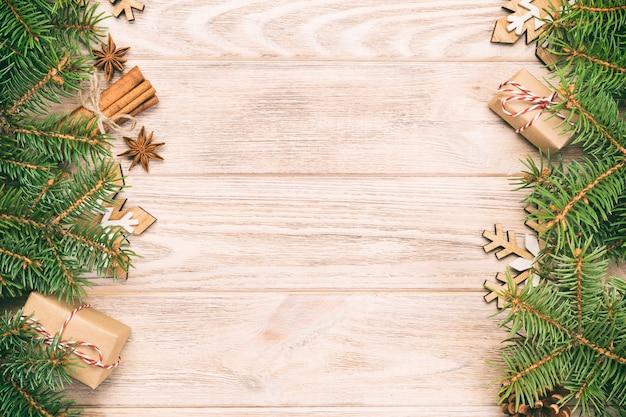 Fundo de natal com árvore do abeto e caixa de presente no vintage, mesa de madeira tonificada. vista superior com espaço de cópia para seu projeto