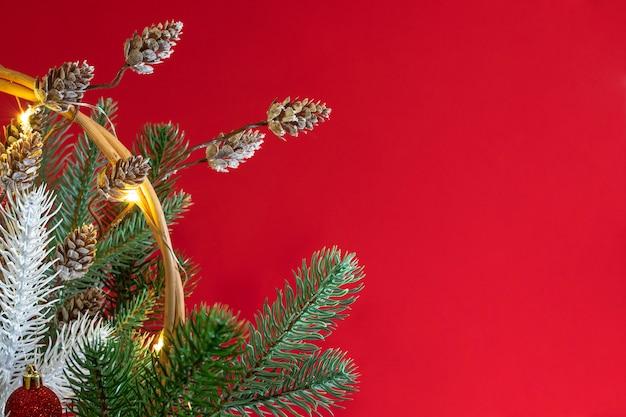 Fundo de natal com árvore do abeto, quadro de galhos árvore de natal, pinha marrom. vista do topo