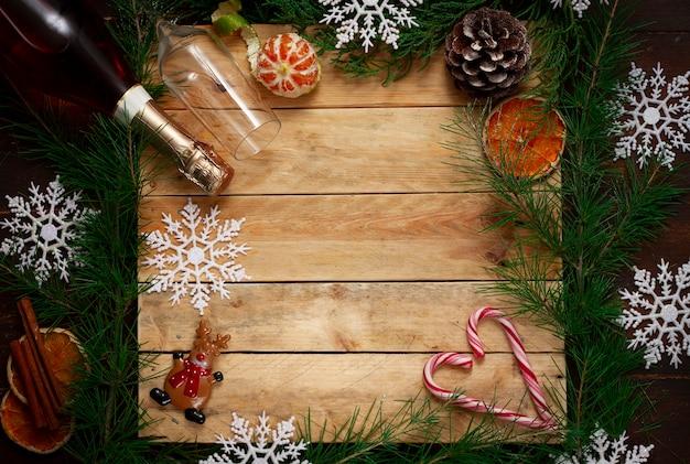 Fundo de natal com árvore e enfeites de natal, com champanhe,