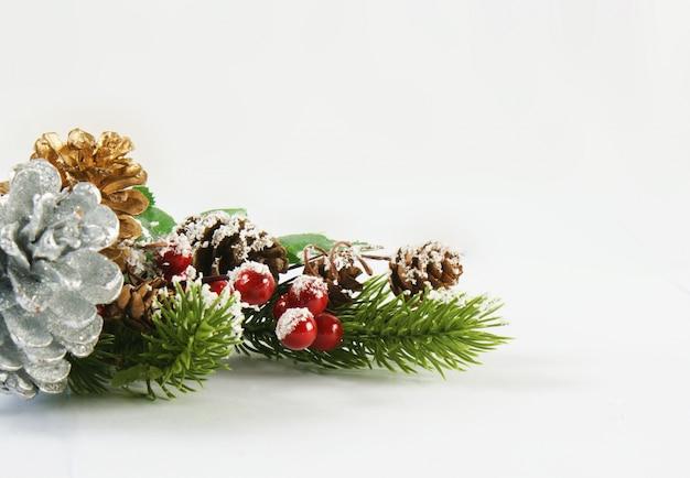 Fundo de natal com bagas e cones de pinheiro