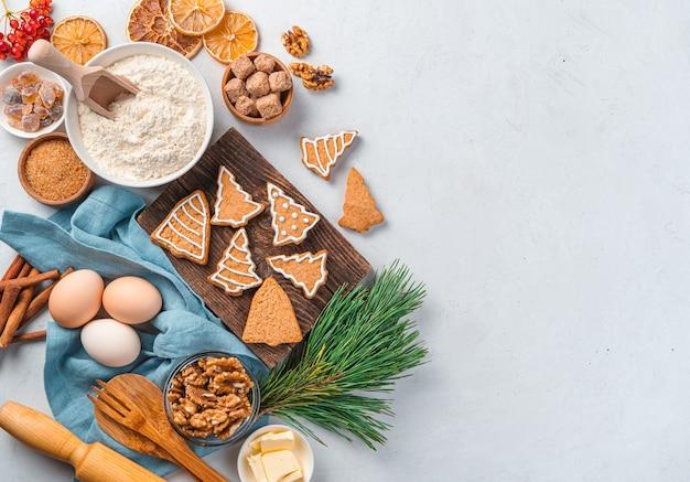 Fundo de natal com biscoitos de gengibre e ingredientes