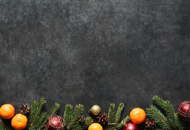 Fundo de natal com biscoitos de gengibre e presentes. layout de ano novo em um fundo preto.