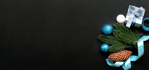 Fundo de natal com bolas azuis e ramos de abeto