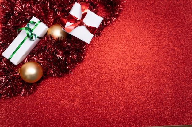 Fundo de natal com bolas brilhantes e decorações festivas com espaço de cópia para o texto