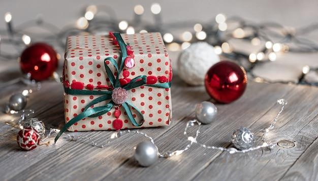 Fundo de natal com bolas de caixa de presente na árvore e luzes de bokeh
