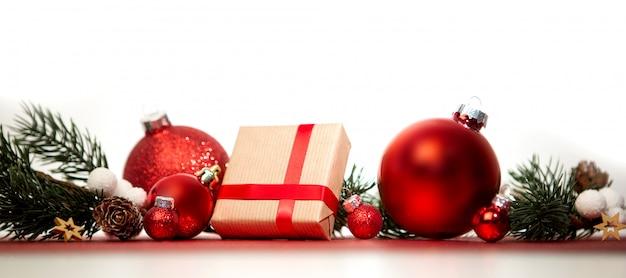Fundo de natal com bolas de natal, presentes e decoração