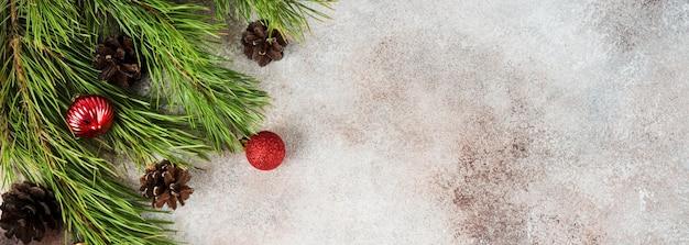Fundo de natal com brinquedo de árvore de natal e galhos de árvore de natal, vista de cima, cópia do espaço, banner