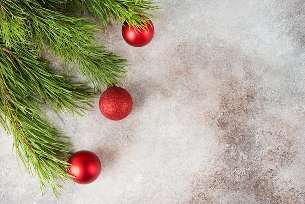 Fundo de natal com brinquedo de árvore de natal e galhos de árvore de natal, vista de cima, espaço de cópia