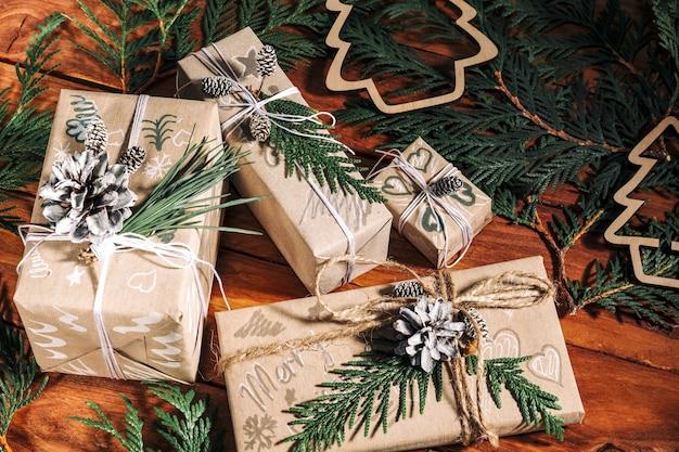 Fundo de natal com caixas de presente artesanais