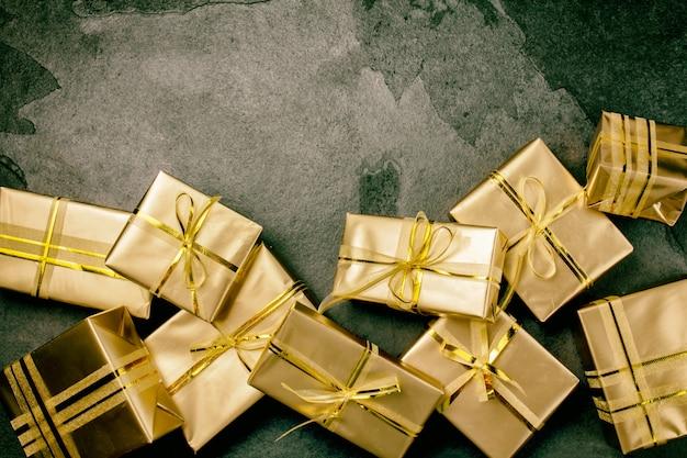 Fundo de natal com caixas de presente dourado