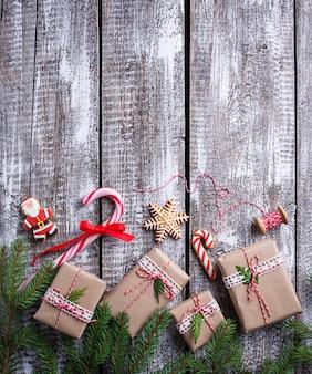 Fundo de natal com caixas de presente e biscoitos de gengibre. vista do topo