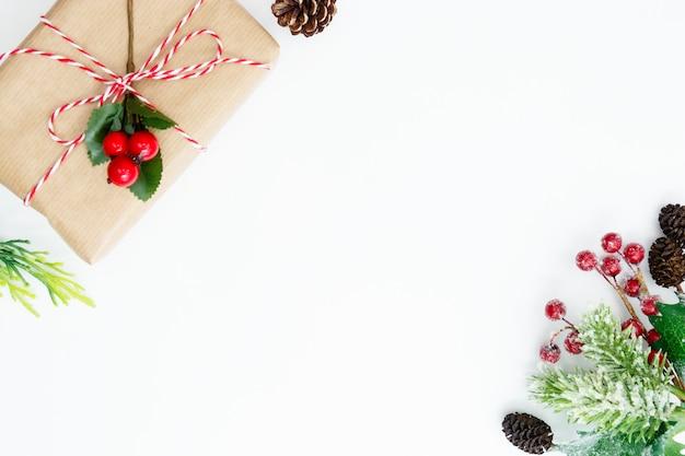 Fundo de natal com caixas de presente e decorações de inverno.