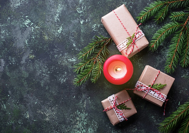 Fundo de natal com caixas de presente e vela. vista do topo