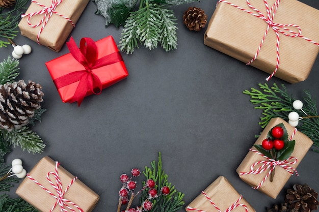 Fundo de natal com caixas de presente. férias de inverno simulado acima.