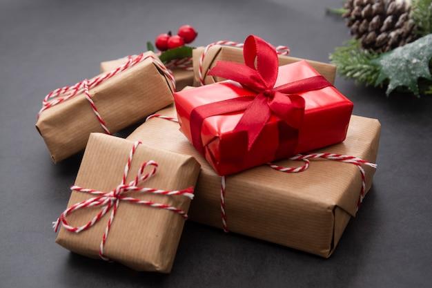 Fundo de natal com caixas de presente, galhos de pinheiro e pinhas. férias de inverno.