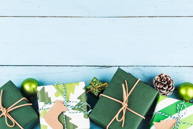 Fundo de natal com caixas de presente, preparação para as férias. vista do topo