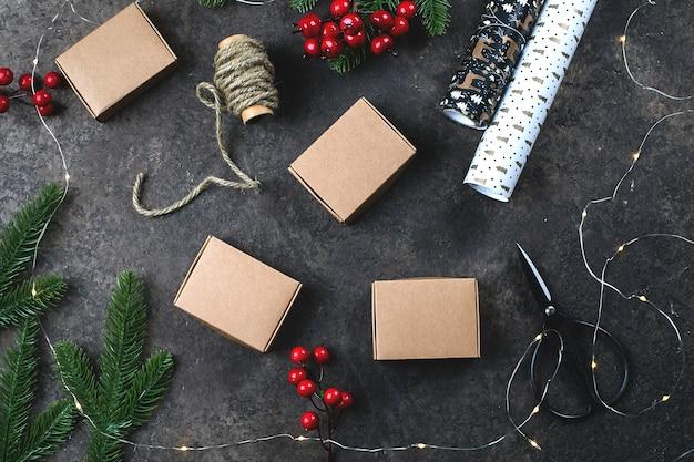 Fundo de natal com caixas de presente, rools de papel e decorações do feriado.