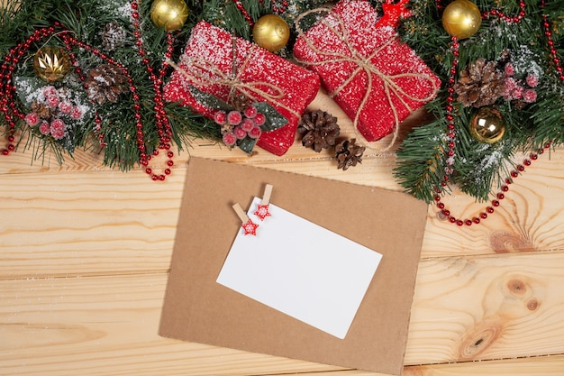 Fundo de natal com caixas de presentes de natal, árvores de natal e cartão vazio