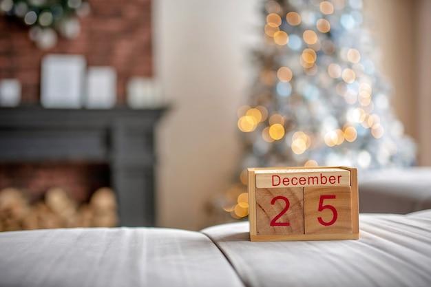 Fundo de natal com calendário de blocos de madeira com a data de 25 de dezembro