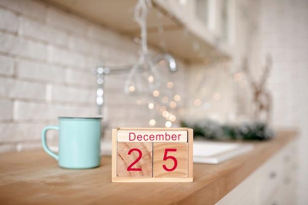 Fundo de natal com calendário de blocos de madeira com data de 25 de dezembro