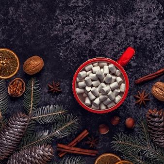 Fundo de natal com chocolate quente e marshmallow