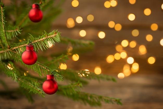 Fundo de natal com enfeites de árvore de natal e luzes desfocadas