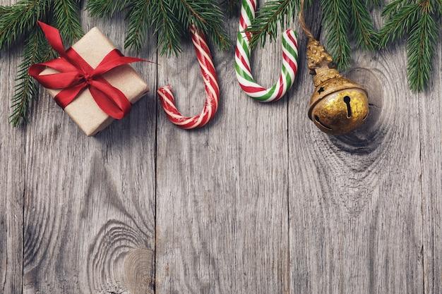 Fundo de natal com enfeites e caixa de presente na mesa de madeira