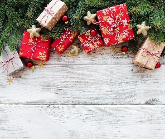 Fundo de natal com enfeites e caixas de presente