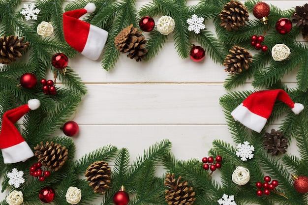 Fundo de natal com galhos de pinheiro e decoração de natal. vista superior, copie o espaço para o texto